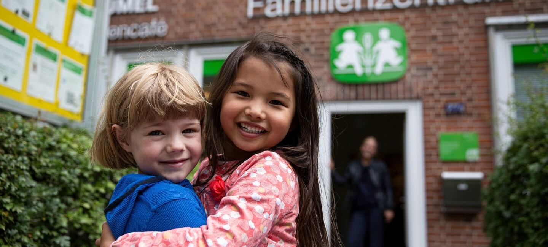 Kinder vor einem SOS Familienzentrum