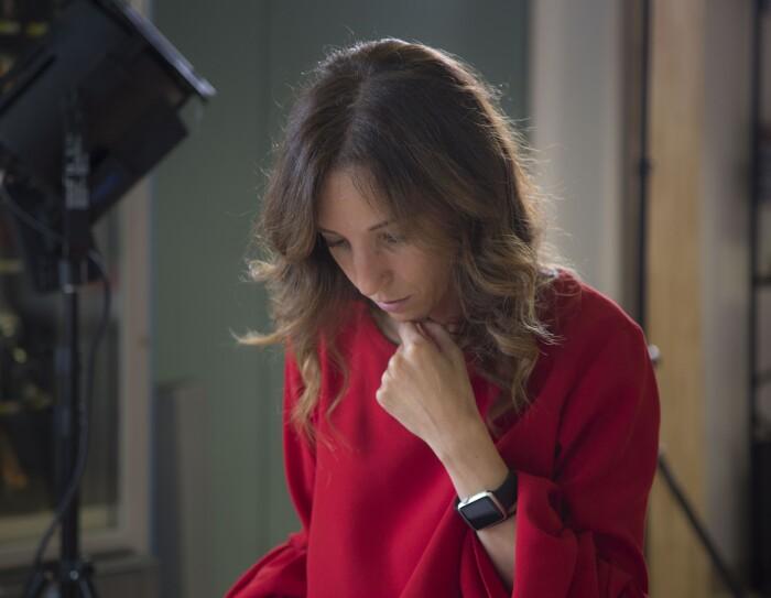 Ritratto della fondatrice di My Cooking box. Indossa una maglia rossa.