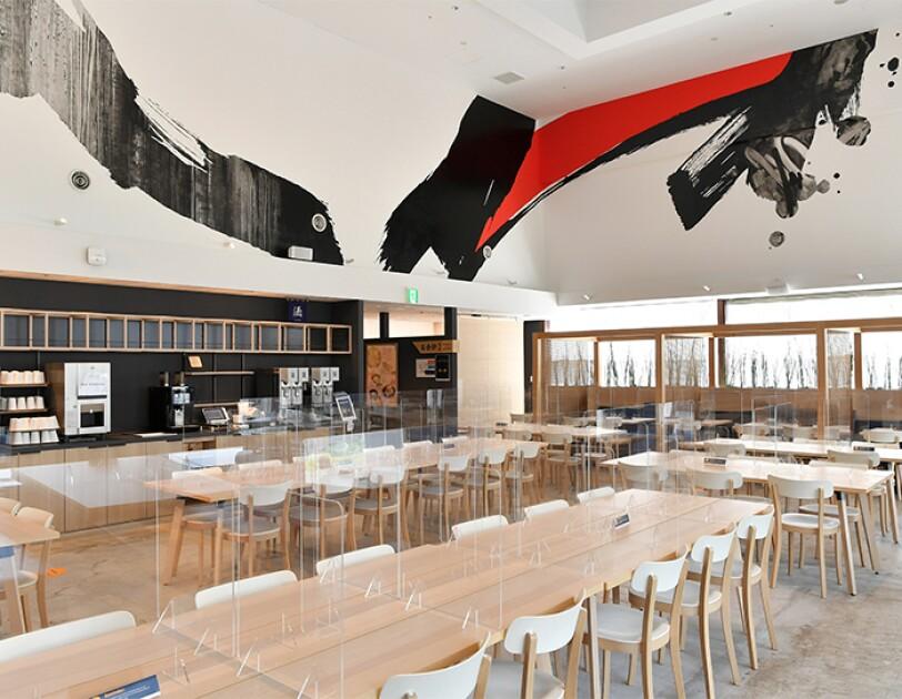 アマゾンジャパンの社員食堂 3Ma(サンマ)。感染予防のためにテーブルの上にアクリル板がおかれている
