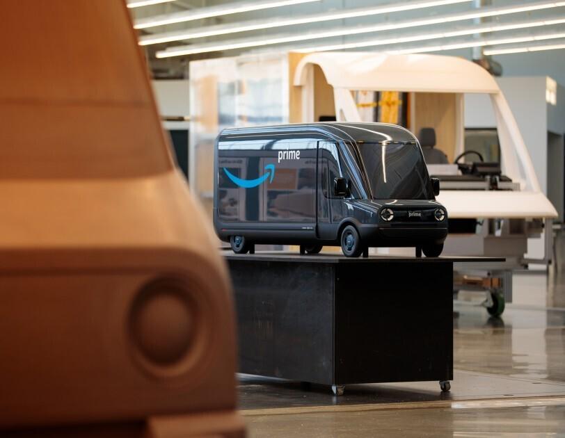 W salonie Rivian znajdują się trzy modele elektrycznych pojazdów dostawczych Amazon.