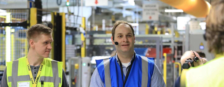 Bei den Besuchertouren können Sie mit Amazon Mitarbeitern ins Gespräch kommen und miterleben, wie die Arbeit im Logistikzentrum abläuft.