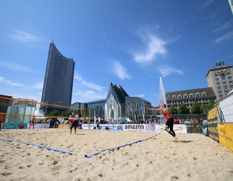 ein Volleyball-Beachfeld vor der Oper