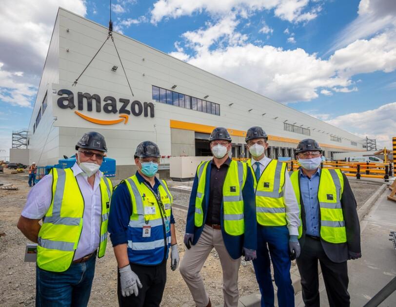 Gruppenbild mit Besuchern vor dem Amazon Gebäude