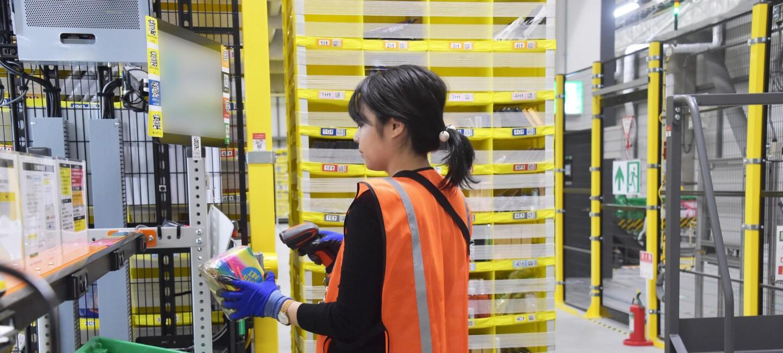 健康と安全を最優先しているAmazonの物流拠点での配送業務