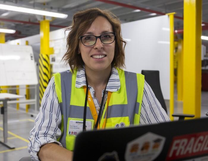 Silvia Logreco nel centro di distribuzione Amazon di Torrazza Piemonte