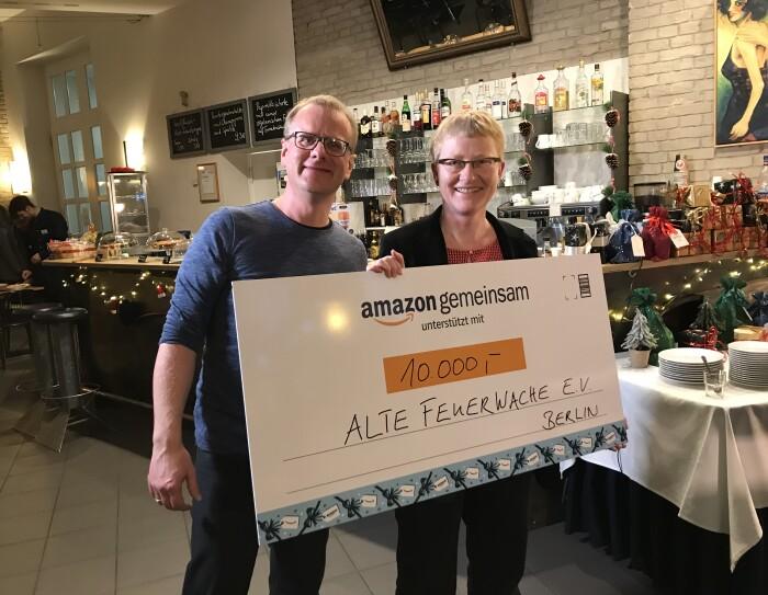 Stephan Eichenseher (links), Unternehmenssprecher bei Amazon, übergibt Amazons Spende an Anne Härtel vom Alte Feuerwache e.V.
