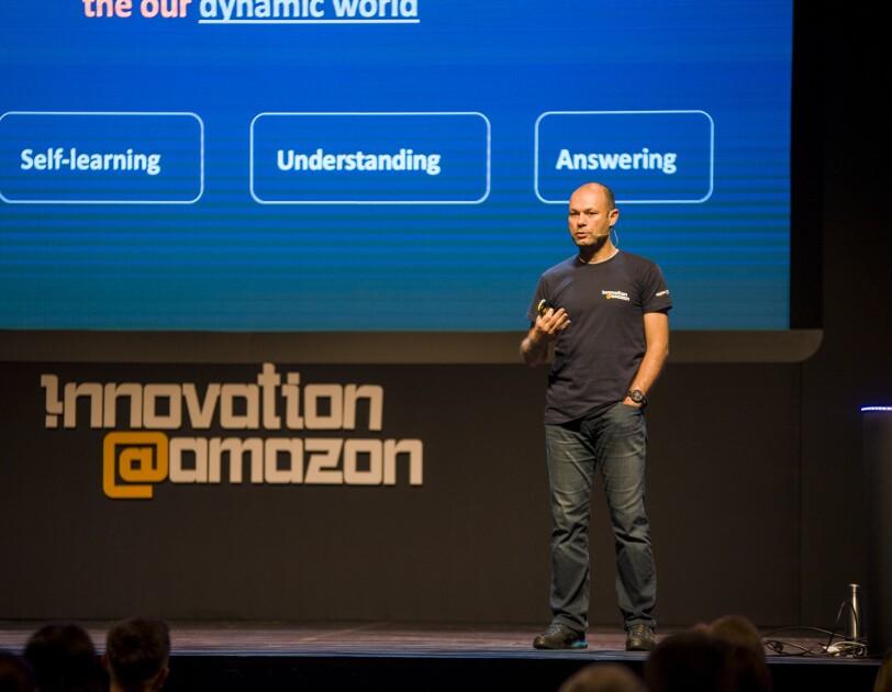 Mężczyzna na scenie konferencji