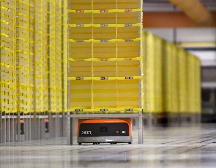 Bei Amazon in Winsen unterstützen Transportroboter die Mitarbeiter bei der Kommissionierung einer Bestellung.