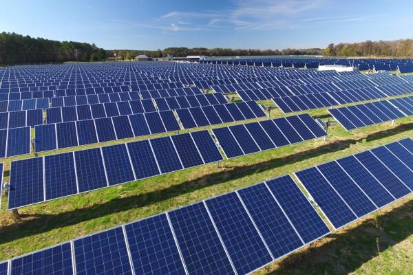 Solaranlagen stehen auf einer grünen Wiese.
