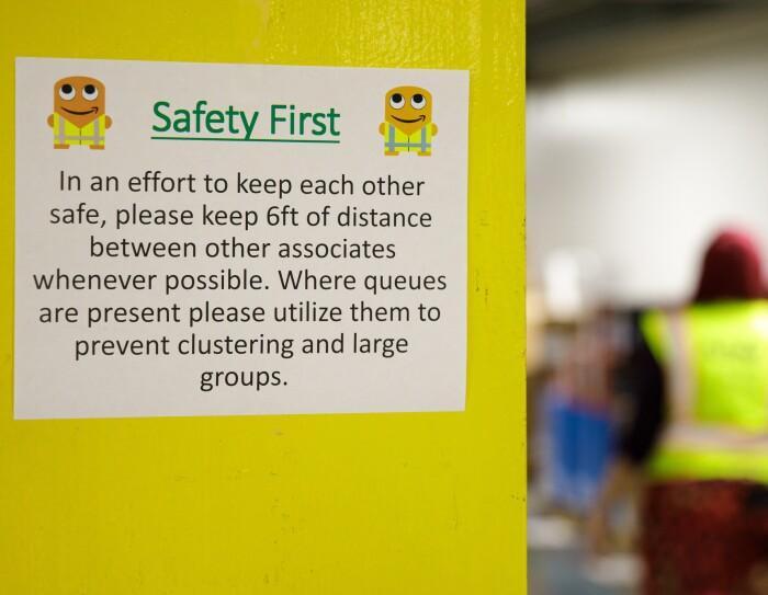 Une pancarte dans un centre de distribution d'Amazon rappelle aux collaborateurs de respecter une distance de 2 mètres.