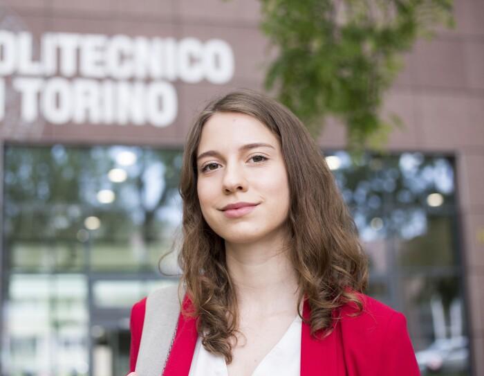Beatrice Occhiena, una delle vincitrici della borsa Women in Innovation di Amazon, davanti al Politecnico di Torino