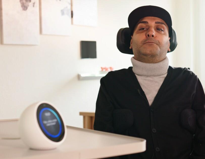 Hamoun Kamai wird von Amazons Sprachassistentin Alexa im Alltag unterstützt.