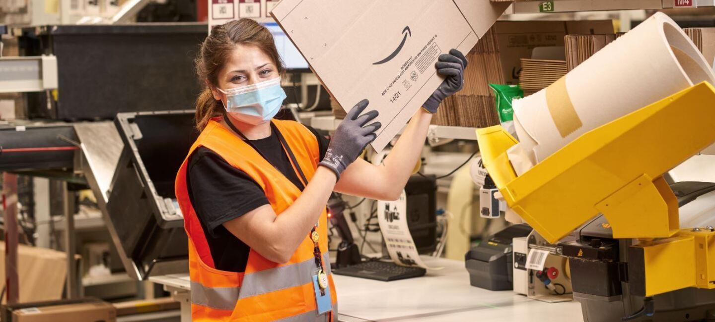 Mitarbeiterin an der Packstation