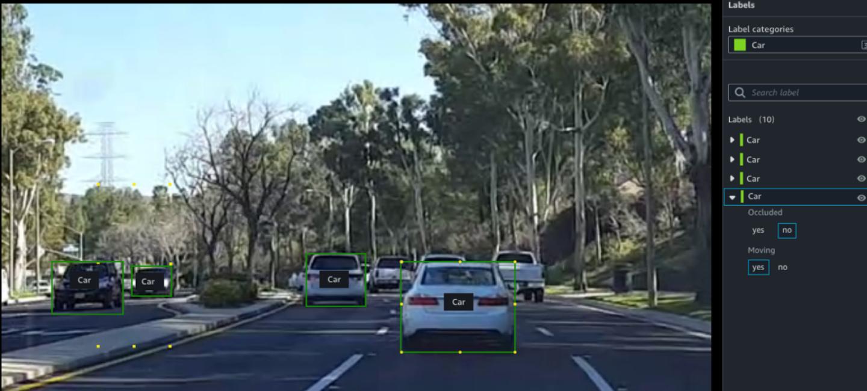In einem Computerprogramm fährt ein weißes Auto auf einer Straße.