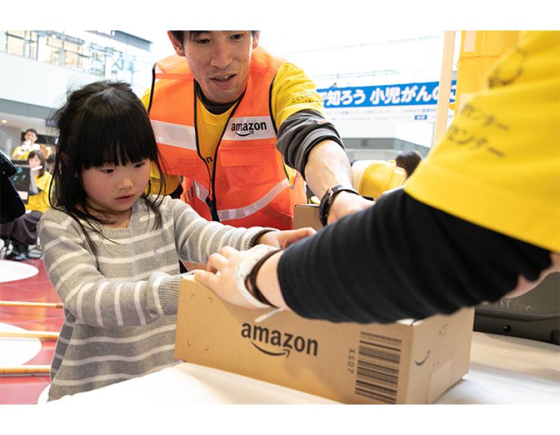 Amazonの梱包作業体験の様子