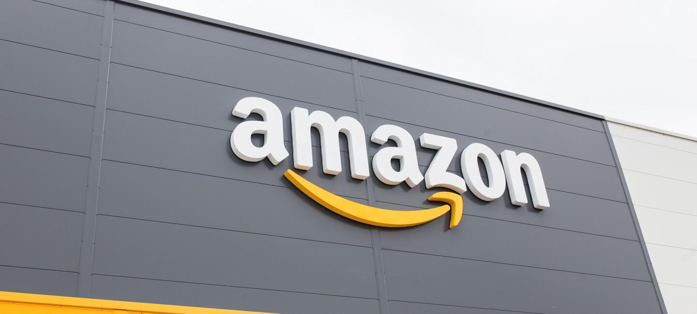 Logo Amazon na froncie budynku centrum logistyki.