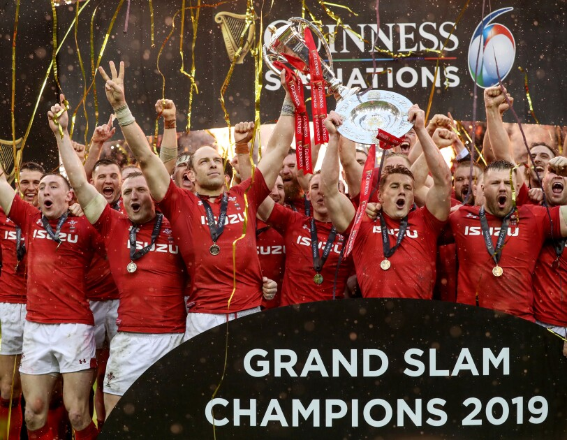 Alun Wyn Jones lifts the Guinness Six Nations trophy in team photograph 2019