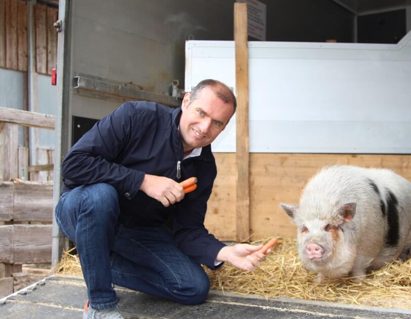Dieter Ehrengruber füttert Schwein Timon
