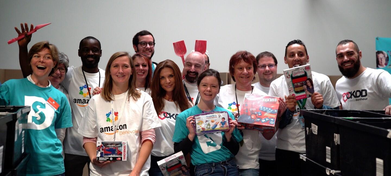 L'équipe des bénévoles Amazon et de Dons Solidaires