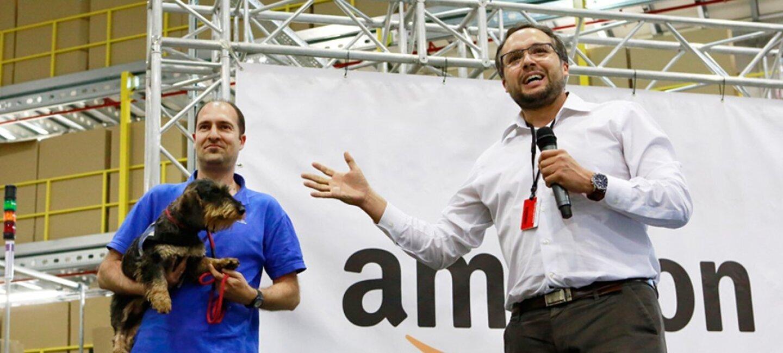 Un miembro de la Fundación Canis Majoris, con un polo azul, muestra unos de los perros que utilizan para la terapia.