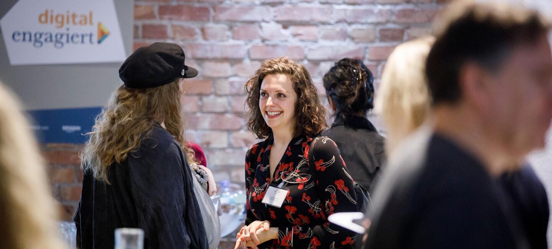 digital.engagiert Preisverleihung_Die Coachin von Oderdojo Louise Buscham im Gespräch auf der Veranstaltung von digital.engagiert.