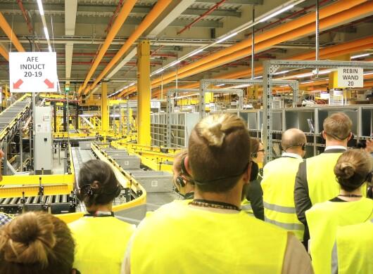 Eine Besuchergruppe lauscht dem Tourguide im Logistikzentrum Frankenthal