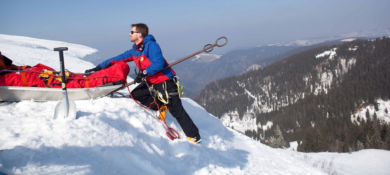 Mirko Friedrich von der Bergwacht Schwarzwald in den Bergen im Einsatz.