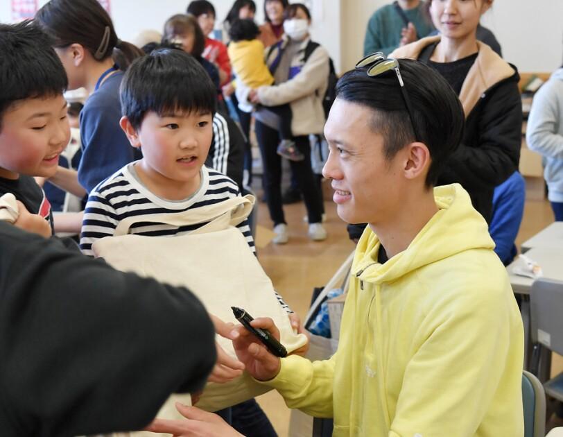 こどもたちにサインをする竹内択選手(ソチ五輪スキージャンプ団体銅メダリスト)