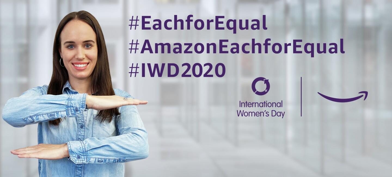 """Links im Bild ist eine Frau zu sehen, die mit ihren Armen ein Gleichheitszeichen formt (als Symbol für Gleichberechtigung); rechts im Bild sind die Hasthags """"EachforEqual"""", """"AmazonEachforEqual"""" und """"IWD2020"""" zu lesen sowie das Logo des Weltfrauentags und das Amazon Logo abgebildet (alles in lila Schriftfarbe)"""