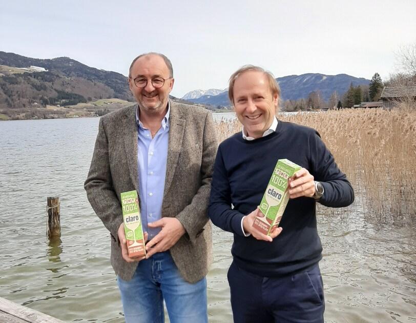 claro_zero waste verpackung_Dygruber und Ömmer am Mondsee_sie halten das ökologische Geschirrspülpulver in der Hand.jpg