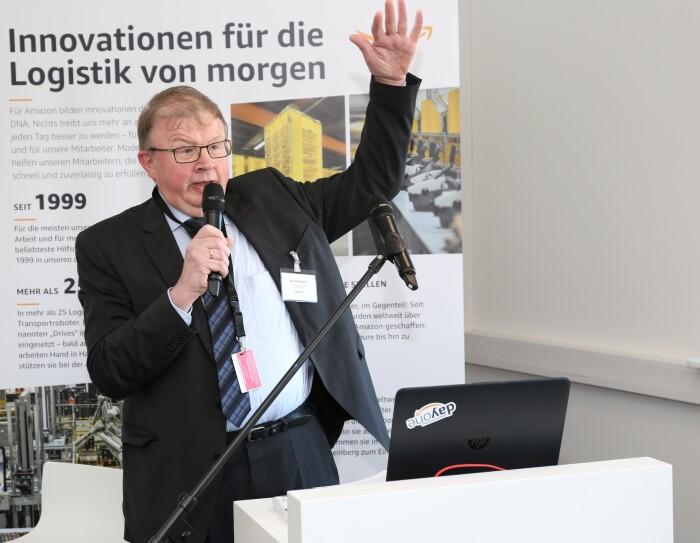 Der stellvertretende Landrat Rudolf Meyer spricht seine Grußworte.