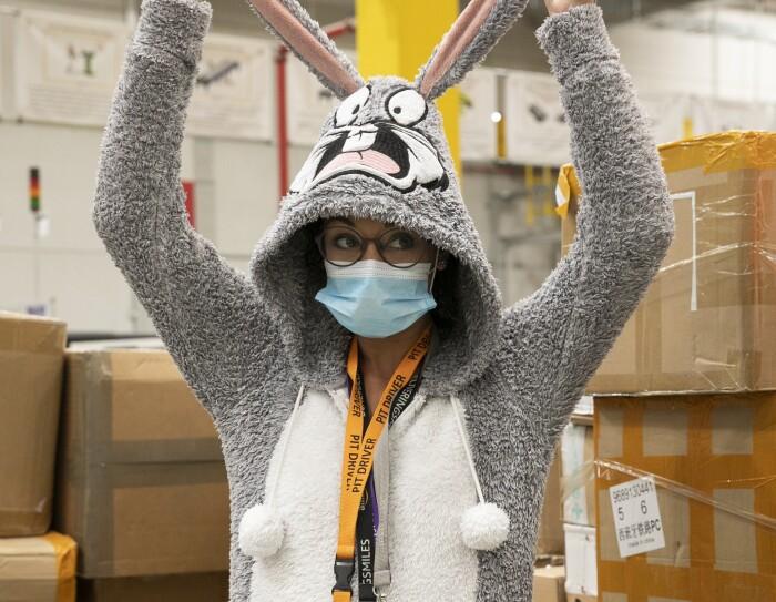 PJammin en MAD6 Illescas. Una asociada con un pijama de Bugs bunny agarrándose las orejas. Lleva gafas de pasta y mascarilla. De fondo cajas de cartón.