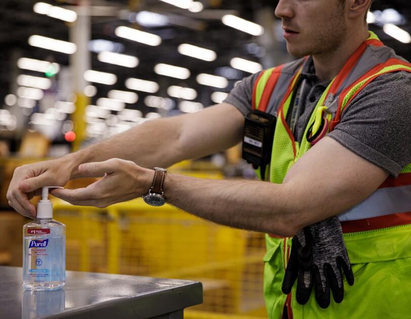 Preparaty do dezynfekcji są dostępne w wielu miejscach naszych centrów logistyki.