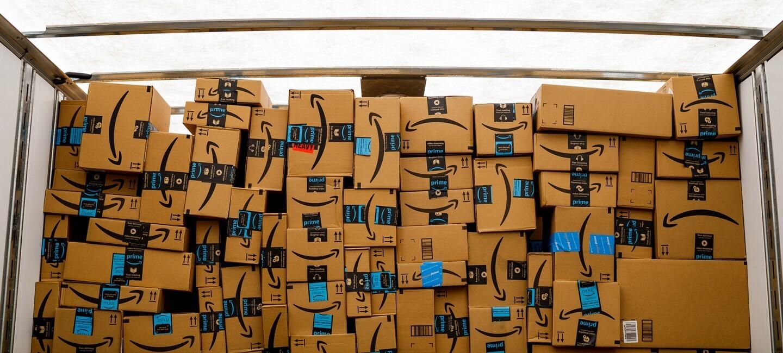 Un muro composto da scatole con il logo Amazon