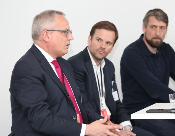 Michael Zeinert, Geschäftsführer der IHK Lüneburg-Wolfsburg, (l.) spricht bei der Podiumsdiskussion über die Arbeit 4.0, unter anderem mit Dr. Grotemeier und Mark Ostendarp (vlnr).