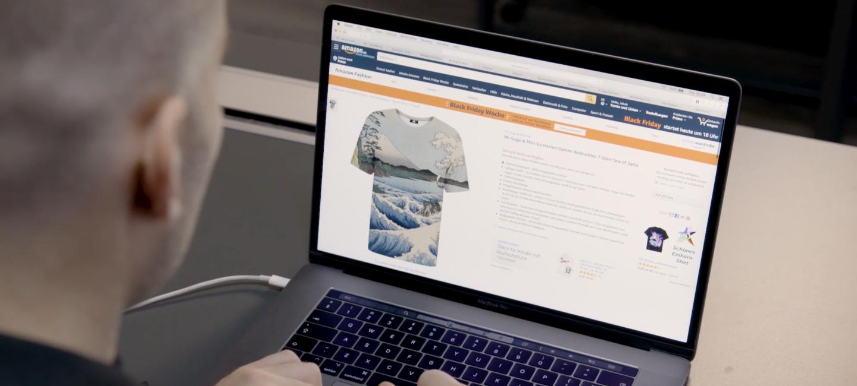 Sprzedawca Amazon korzystający z laptopa, na którym otworzona jest strona jego sklepu na Amazon