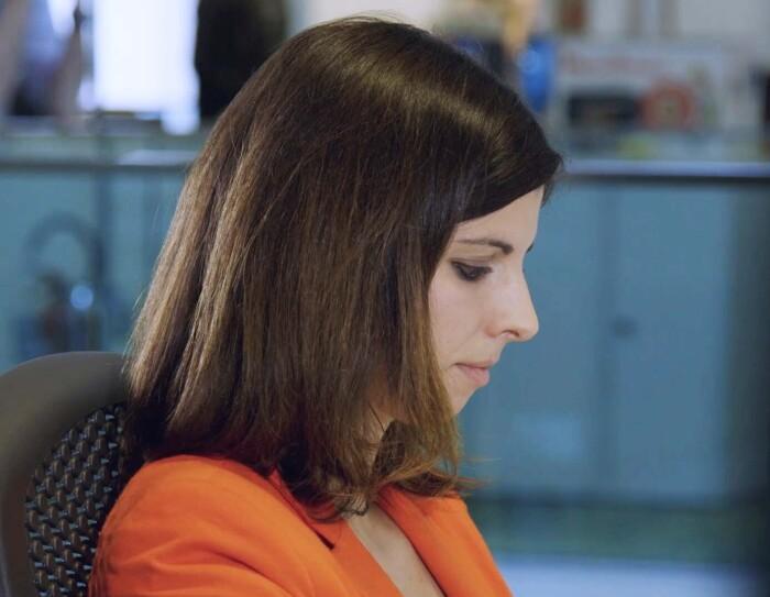 Primo piano, dal lato sinistro, di Beatrice Tedone, Vendor Manager Baby di Amazon. E' seduta nel suo ufficio.