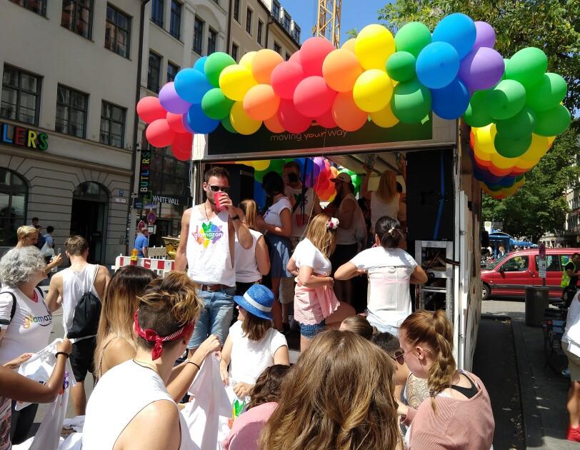 Amazon Mitarbeiter und Glamazon-Wagen auf dem Christopher Street Day in München.