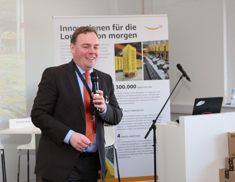 Andre Wiese, Bürgermeister von Winsen, mit Mikrofon