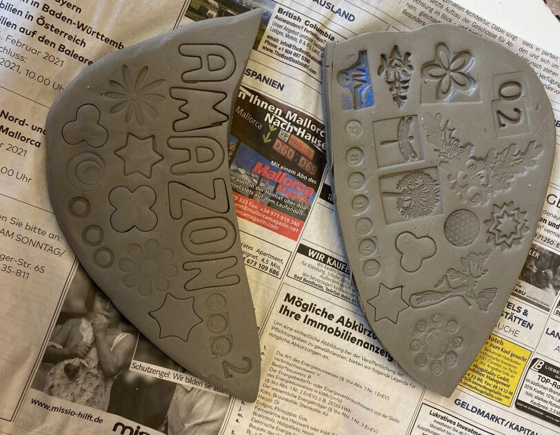 Getöpferte Keramik mit Amazon Schriftzug