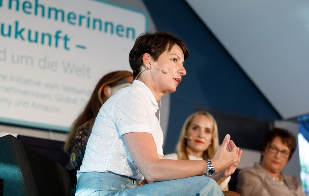 Jasmin Arbabian-Vogel sitz auf der Bühne, es findet eine Podiumsdiskussion statt.