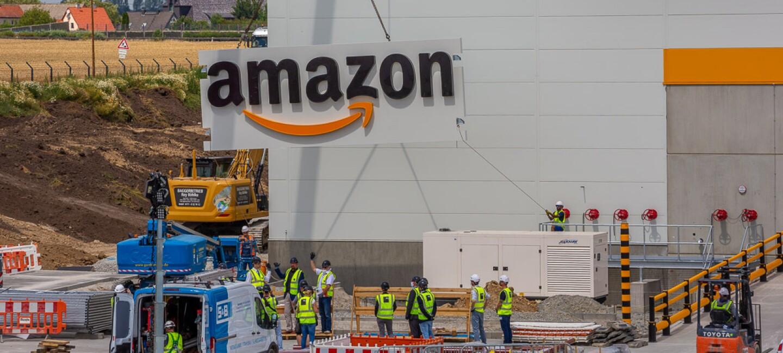 Das Amazon  Logo wird per Kran am Außengebäude angebracht.