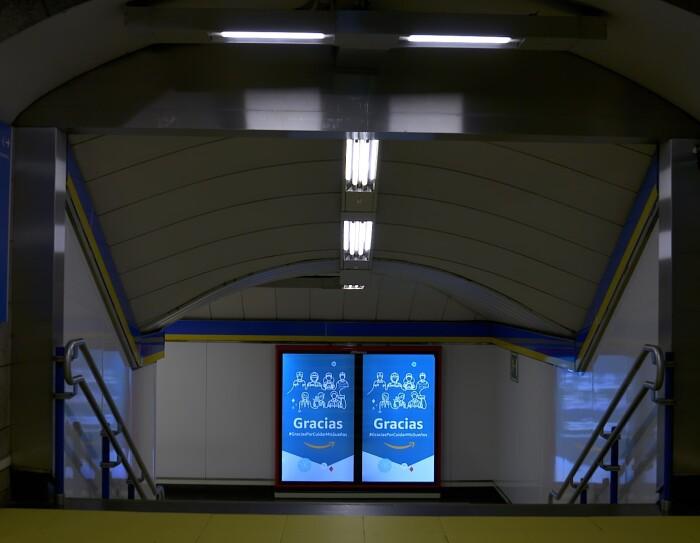 La campaña de Amazon ha durado del 13 al  19 de diciembre. La campaña de agradecimiento también incluye a todos los trabajadores de Amazon en España. Aparece dos mupis con fondo azul y la palabra gracias en blanco. Debajo de la palabra gracias hay la sonrisa naranja de Amazon. Es la entrada de una estación de metro pero solo de ven las escaleras con barandillas para acceder al andén. A cada lado de las escaleras está el plano de las estaciones de la línea amarilla, la número 3 del metro de Madrid.