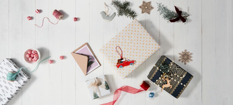 Handmade Weihnachtsgeschenke mit Karten und Päckchen
