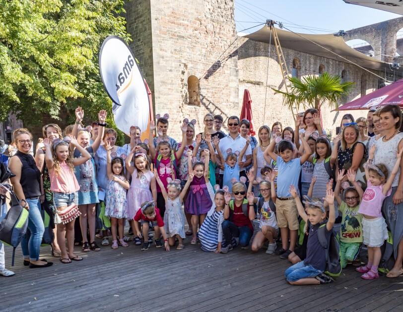 Das Gruppenbild zeigt rund 150 Personen, darunter Kinder und Erwachsende, vor der Stiftsruine, in der das Theaterstück aufgeführt wurde.