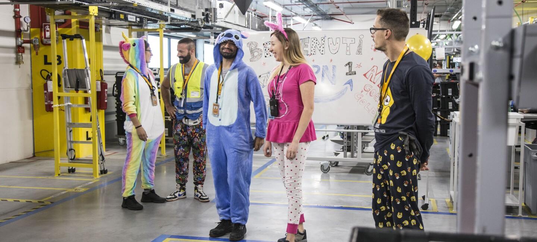 Dipendenti Amazon in pigiama in un magazzino.