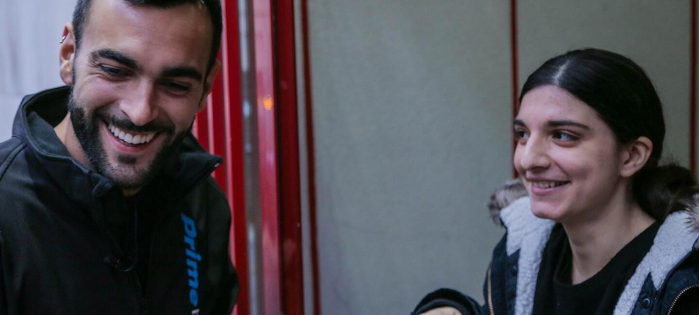 Marco Mengoni, a sinistra, indossa una giacca di Prime Now. Di fronte a lui una delle fan che hanno ricevuto una consegna Prime Now da lui.