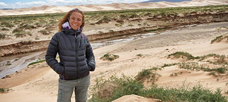 Ritratto di Francesca Di Pietro, autrice con Kindle Direct Publishing. Foto scattata all'aperto, su dune di sabbia.