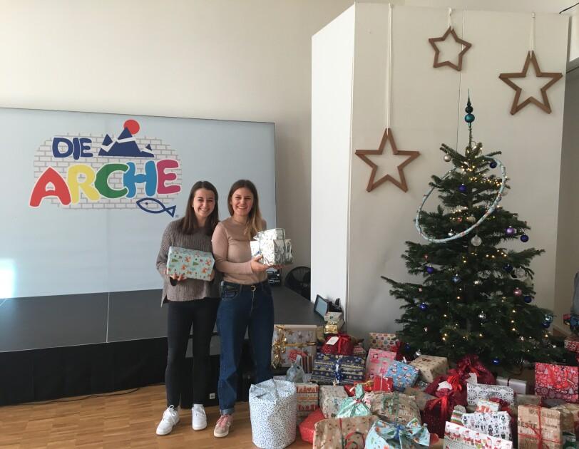 Amazon MitarbeiterInnen übergaben Weihnachtsgeschenke an Die Arche München.JPG