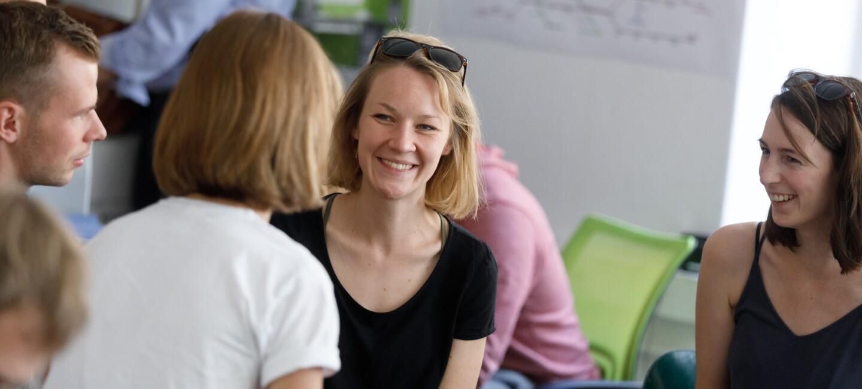 digital.engagiert: Junge Frauen sitzen in Sommerkleidung und Sonnenbrillen in Haar zusammen. Sie unterhalten sich und tauschen sich aus.